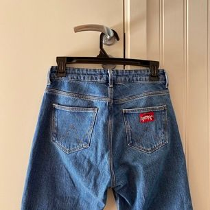 Ett par skitsnygga bootcut jeans från Wrangler. Tyvärr lite för små för mig. Nypris ca 900 och använd 2-3 gånger. Köparen står för frakten!!
