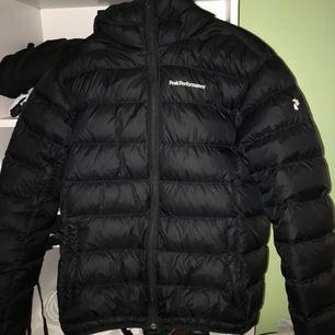Säljer min sprillans nya jacka från PeakPerformance som tyvärr aldrig kom till användning då jag köpte en Moncler istället. Jackan är i storlek L och är köpt på herrarnas avdelning. Inköpt för cirka 3000kr och säljes för exakt 2000kr