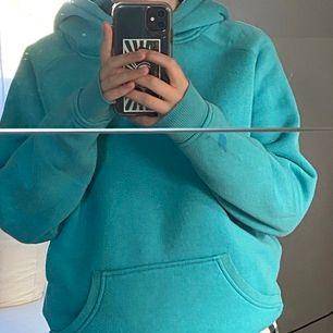 Turkos superfin hoodie från bikbok. Säljer den billigt då den har en liten blå fläck på ena ärmen och är lite nopprig men det är ingenting man tänker på. Kan mötas upp i Stockholm eller frakta 💗