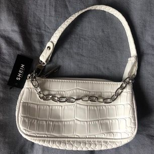 Jättefin väska från Shein med ett fint material. Säljes då den aldrig har kommit till användning.