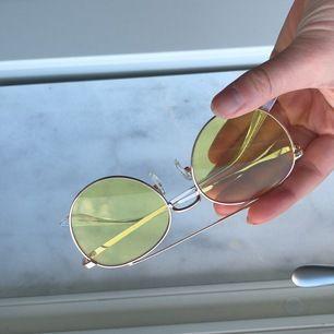Nya gula glasögon! Super estetiska och inne just nu!