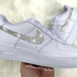 Helt nya Nike air Force 1 med swarovski diamanter. Finns i alla storlekar, äkta Nike som är själv gjorda. Jag gör alltså dem själv hemma som hobby, det finns i alla storlekar. Skicka en bild på den önskade modellen eller om det är andra skor märke du vill