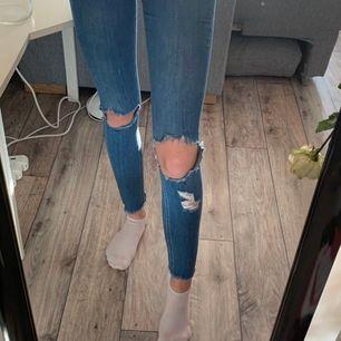 blåa håliga jeans med lite slitningar längst ner också, superfina🥰