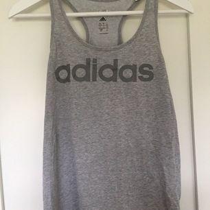 Grått träningslinne från Adidas