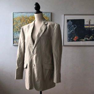 Superhärlig beige kostymjacka, i en herrmodell varav därför oversize. Ett absolut nyckelplaggen till vår/sommargarderob! Skulle säga att den passar 34-42 pga oversized för mig, och jag är storlek 36.