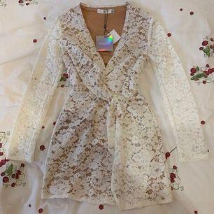 Säljer min fina missguided klänning som är av vit spets med ett beige-färgat underlag. Storlek EU 34/UK 6. Nypris 499kr. Klänningen är helt ny och har kvar prislapparna! Passar perfekt till midsommar, studenten eller till vardags 🌸✨🌸  är öppen för bud!