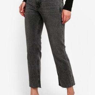 Säljer dessa snygga jeans från Mango, i den perfekta grå/svart färgen. Är tyvärr alldeles för små mig och kan inte längre få mig de:( - är i storlek 38, men skulle snarare säga att de är 34/36