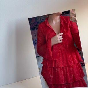 Så sjukt fin klänning från Linn Ahlborgs kollektion med NaKd. Verkligen helt perfekt nu inför sommaren, har tyvärr blivit för liten för mig vilket är varför jag säljer den:/ Har en likadan i mörkblå ifall ni är intresserade av det!