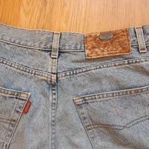 Gamla vintage jeans från crocker som jag klippt till shorts och sytt dit en spegskant. Vet inte storlek men skulle säga M.