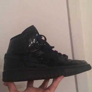 Svarata Jordan 1's, kommer inte till användning längre (bra skick köpta för inte så länge sen) Kan skicka flera bilder!