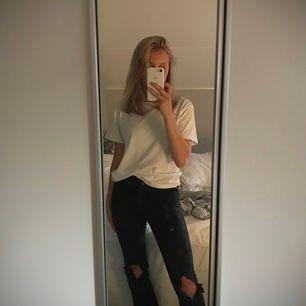 Croppade jeans med slitningar på knäna💕från de denim men har gjort om dem lite🧚🏼♀️ jag är 163 som längdreferens