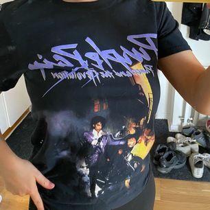 Cool T-shirt med lila tryck från Missguided. Passar som XS.