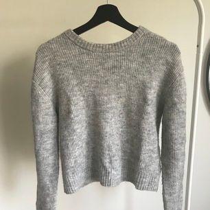 Grå stickad tröja från HM Divided köpt för cirka 150kr säljes för 60kr. Det är en ganska tunn tröja även fast den är stickad. köparen står för frakten. Pris skulle kunna diskuteras💕