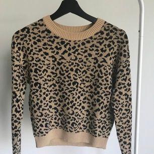 Stickad leopardtröja från HM Divided. Även fast den är stickad är den ganska tun. Köpt för runt 150kr och säljes för 60kr, köparen står för frakt. Pris skulle kunna diskuteras💕