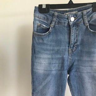 Ljusblå bootcut jeans från Gina tricot. Köptes för cirka  300kr säljer för 65kr då de tyvärr blivit för små för mig. Köparen står för frakt. Pris skulle kunna diskuteras💕