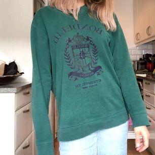 Jättemysig och snygg oversized sweater / tröja från bondelid. Herrstorlek i kanske M? Men sitter oversized och som på bilden på mig som är S. Säljes pga behöver plats i garderoben! Vid flera intresserade, lägg bud!💞 frakt tillkommer