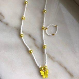 Finns två stycken exemplar av halsbandet så först till kvarn 💛🤩 Halsband: 100kr Ring: 40kr Tillsammans: 120kr. GÅR ATT KÖPA SEPARAT