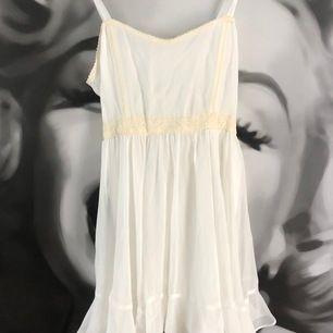 Fin vit ida Sjöstedt klänning med fina spets detaljer som är använd vid 2 tillfällen.
