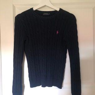 Marin blå kabel stickad tröja från Ralph lauren med rosa märke i storlek S