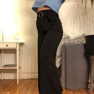 Skitsnygga kostymbyxor i bredare modell med bälte från Bershka. Passar mig perfekt som är 150 lång och sitter superbra vid midjan, endast anväda 2 gånger! 💗💖💓💘