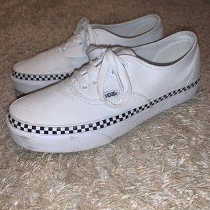 Intressekoll för dessa superfina skor! Kommer tyvärr väldigt sällan till användning även fast jag älskar dom. De är i strl 39 och använda max 2 gånger!