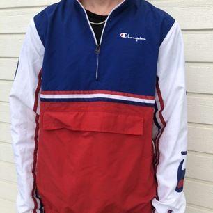 snygg Champion Vindjacka från Urban Outfitters, ny pris ca 1100 använd 1 gång, säljs pga att den inte är min stil längre💖, frakten står köparen för och priset kan  diskuteras🦋 Unisex!