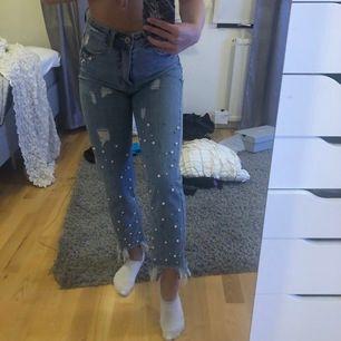 Säljer mina favorit jeans ifrån DM, pärlorna på Jeansen är så himla fina och livar upp en hel outfit. Ingår frakt!