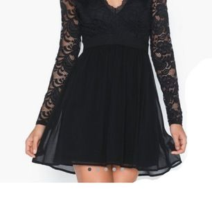 En svart spetsig jätte fin klänning. Använt 1 gång. Köparen står för frakt💕