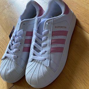 Adidas skor i storlek 40 passar som 39. Kostar 200kr. Kan posta men kan också mötas vid Stockholm City och Handen.