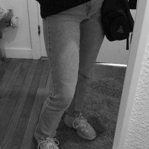 blåa jeans byxor köpte på hm storlek 32 men jag själv skulle kunna säga 34