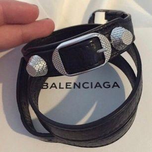 Svart balenciaga armabnd med silvernitar. Använt ca 1 år men fortfarande fint skick. Köpt för 2000 på Mytheresa 2019