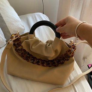 Snygg väska med både kort & långt band från Na-kd. Man kan koppla bort det långa bandet. Knappt använd.