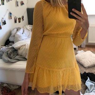 Snygg gul klänning! Färgen är ganska svår att fånga på bild men det är väldigt starkt gul, mot det senapsgula hållet, absolut ingen blek gul färg! Vid intresse kan jag skicka mer bilder med den på. Använd ett fåtal gånger!  120 + spårbar frakt
