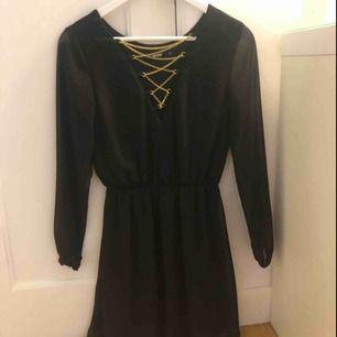 Söt klänning med gulddetaljer, sparsamt använd✨ finns i Norrköping, kan skickas✨