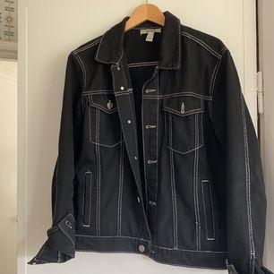 Sjukt snygg svart denim jacka med vita sömmar. Passar till ALLT! Detta är en storlek L, men sitter riktigt snyggt overaller på mig som vanligtvis har S.