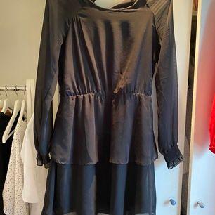 Svart klänning med volanger från ONLY. Jättefin, i bra skick som passar att under alla årstider! Nypris:ca 399kr, säljer för 105kr inkluderat med frakt!