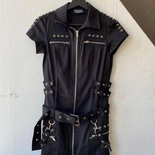 Cool alternativ klänning i stl. 38. Köpt på emp och aldrig använd. Hämtas upp i Malmö eller skickas (frakt 88kr).