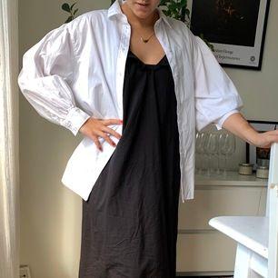 Så najs oversized skjorta säljes pga har redan en liknande! Så fint att ha över en klänning eller linne! 🌷150kr + frakt!🌷