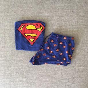 Blå pyjamas från hm.                                     Topp, med låg cut i ärmarna+shorts