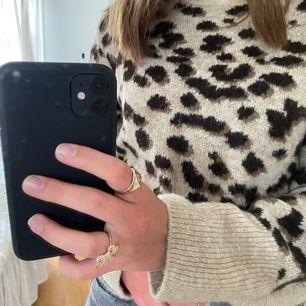 En snygg stickad leopard tröja