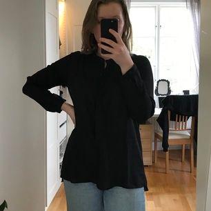 En svart skjorta i tunt, halvt genomskinligt material. Ganska rak passform. I gott skick. Kan mötas upp i Kalmar annars tillkommer frakt. Levereras självklart hel och ren 😇