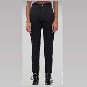 Helt nya och oanvända svarta jeans från Zalando. De är i storlek 32 och finns i Helsingborg. Det går också bra att frakta de. Säljs på grund av att de inte passar och kan inte skicka tillbaka de.