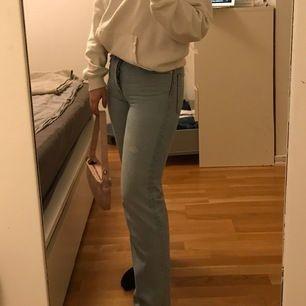 Intressekoll på dessa snygga jeans! Har en liten fläck å därav priset men går säkert bort i tvätten. Möts upp i sthlm annars står köparen för frakten. Buda från 120kr. ( inte hemma just nu men lägger ut flera bilder sen! )