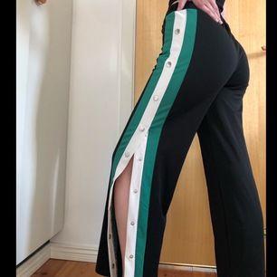 Super coola svart/grön/vita popper pants!! Aldrig använda, går att ha stängda eller öppna upp till knäna. Finns snöre i midjan för att spänna åt. Är 168 cm lång för referens!⭐️ frakten står köparen för⭐️ Priset går att diskutera, det är bara att kon