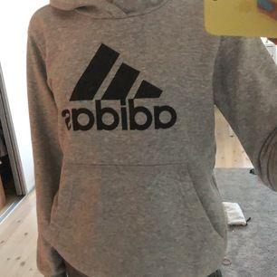Säljer min adidas hoodie i grå för 150kr+frakt. Säljer pga att den är för kort i ärmarna, storlek 152. Skicka privat för fler bilder. UNISEX