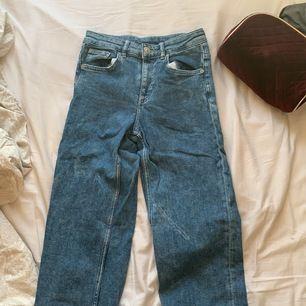 Blåa mom jeans från hm och som aldrig använts pga för liten storlek. Slitningar där nere och raka i benen