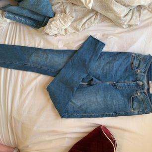 Blåa tighta jeans som har slitningar där nere. De har dessvärre ett hål men det går att laga lätt. Nypris:400kr