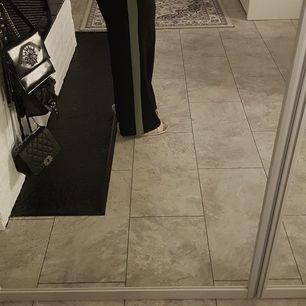 Svarta Kostym byxor med grön rand, väldigt bekväma och strechiga, inte så tjocka så går att använda under sommaren, stilrena och fina. Använt sällan. Bra kvalité!