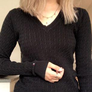 Jättefin svart kabelstickad tröja från Tommy Hilfiger. Den är svart och i bra skick, frakt tillkommer!💞 Storlek XS-S?