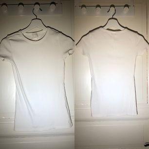 En ribbad fin t-shorts från hm. Använd 1-2 gånger, fint skick. Säljer pga att den inte används längre.